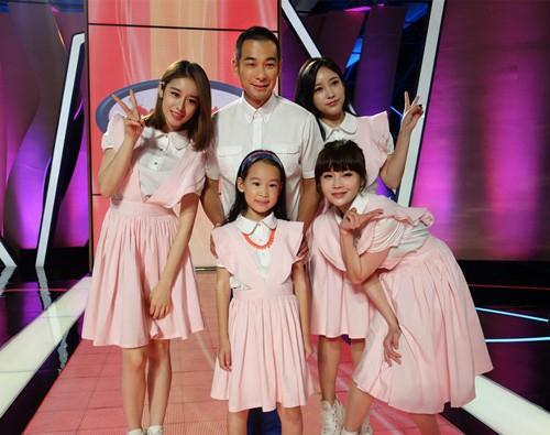 t-ara成员朴智妍教赵文卓父女唱起了韩国儿歌《可爱颂》,无论是韩语