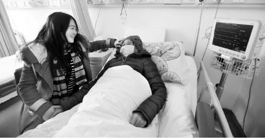 长江商报消息2015年全国器官捐献2719例创历史新高,近半心脏移植手术在武汉完成 本报记者刘迅 器官移植一直是医学界的敏感话题。自2015年1月1日起,中国全面停止使用死刑犯器官,使得公民自愿捐献成为器官移植唯一来源。如今一年过去,仅靠自愿捐献的器官,移植资源是否遭遇短缺危机? 在法规的紧箍咒下,器官的来源必须是自愿、无偿,且公开、透明、可溯源的。实际上,作为中国医疗市场器官移植来源转型的第一年,器官移植并没有闹饥荒,数量不降反升,并创下历史新高。长江商报记者获悉,2015年全国共有2587