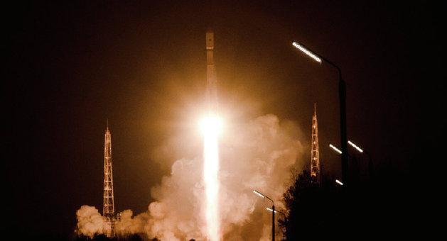 中国网1月18日讯据俄罗斯卫星网援引俄《消息报》消息称,根据联邦太空计划2016-2025年的相应规划,俄罗斯将于2025年之前完成核动力太空飞船的制造和飞行试验准备。《消息报》说,核子研制计划定于2025年前应完成核动力飞船技术验证机的生产和飞行试验准备。但联邦太空计划没有考虑进行发射和试飞。 该报引用俄罗斯国家原子能公司新闻局局长安德烈伊万诺夫的话说,核动力飞船研制工作正按计划进行。我们可以有较大的把握说,工作将按项目如期完成。 他解释说,目前已研制出结构独特的核燃料元件,其结构保证了在高温、