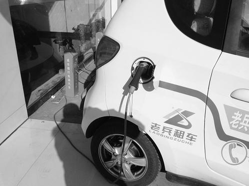 一位开宝马电动汽车的车主来站里充电