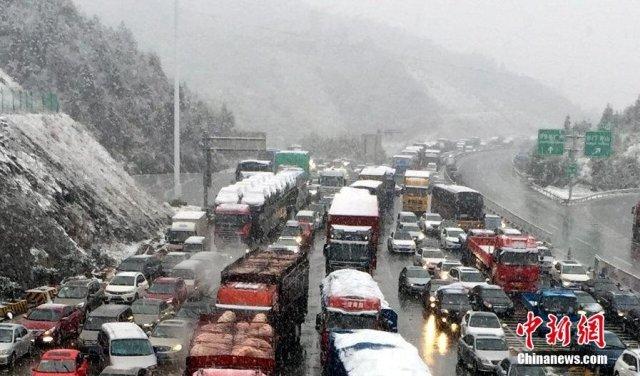 江西突降大雪 高速路车辆拥堵8公里