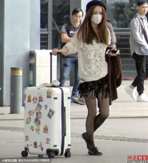 姚笛亮相机场 着短裙黑丝秀美腿